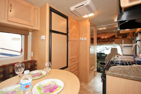 Fahrerkabine, Essbereich und Küche