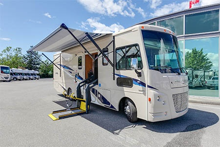Aussenansicht Fraserway RV Rentals A-30 Wheelchair
