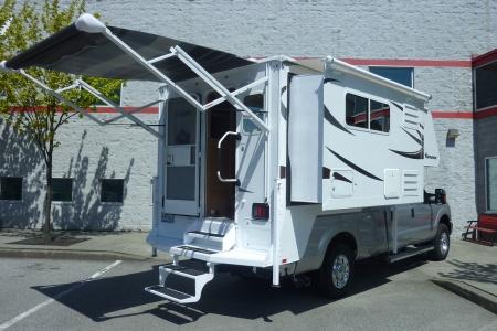 Aussenansicht Fraserway RV Rentals Truck & Camper TCS